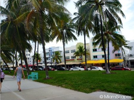 Pedestrians and bikers on the Miami Beachwalk